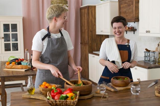 Frauen kochen gemeinsam zu hause