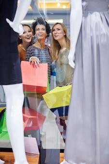 Frauen können sich nicht entscheiden, was sie kaufen wollen
