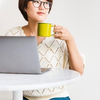 Frauen-laptop-grasen, der social networking-technologie-konzept sucht