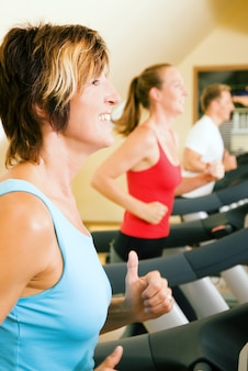 Frauen laufen im fitnessstudio