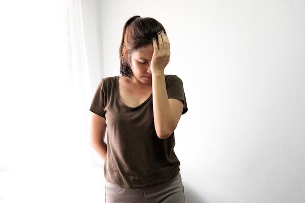Frauen leiden unter stress, kopfschmerzen, müdigkeit, müdigkeit mit zunehmendem alter.