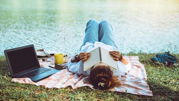 Frauen lesen am fluss