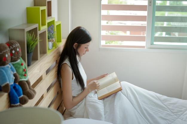 Frauen lesen bücher auf dem bett