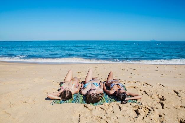 Frauen liegen am strand | Kostenlose Foto