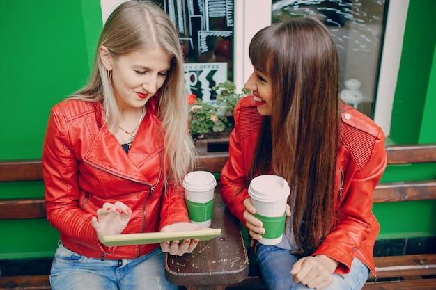 Frauen lookint eine tablette