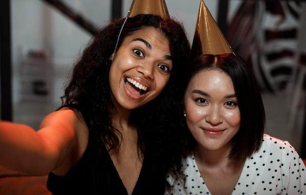 Frauen machen ein selfie auf der silvesterparty