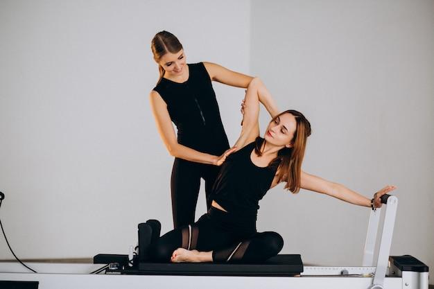 Frauen machen pilates auf einem reformer