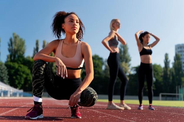 Frauen machen sich bereit zu laufen