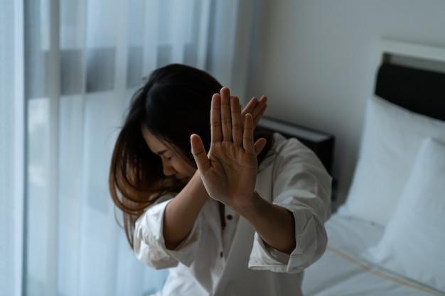 Frauen missbrauchten die hand und bedeckten ihr gesicht zu hause vor angst