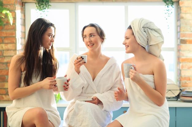 Frauen mit bademantel und handtuch