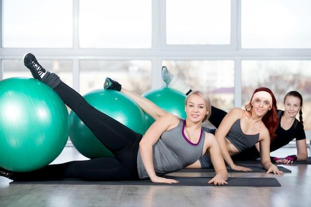 Frauen mit einem bein über einen ball