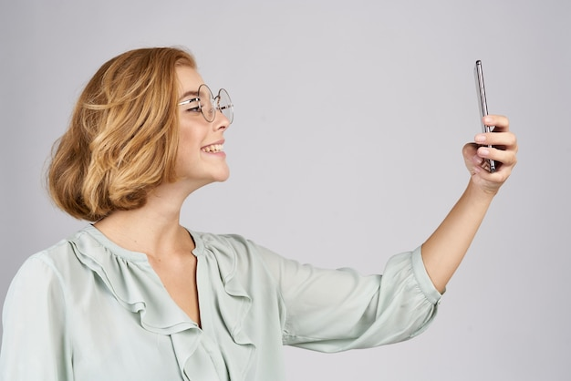 Frauen mit einem handy in der hand machen fotos
