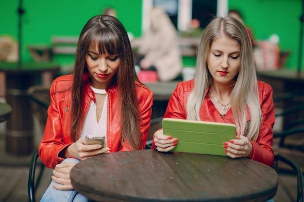 Frauen mit einem tablet und smartphone