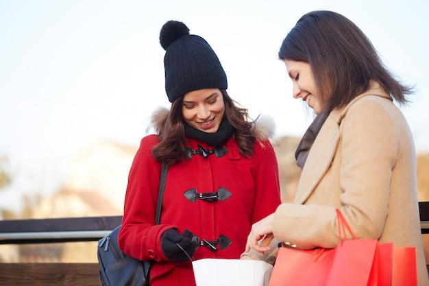 Frauen mit einkaufstasche