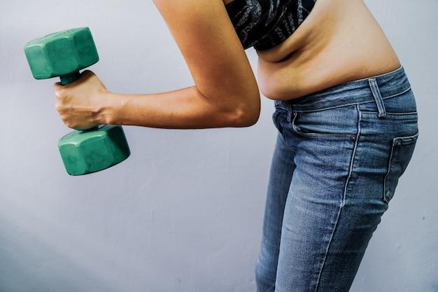 Frauen mit fettleibigkeit möchten sich gesund bewegen.