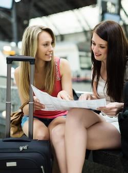 Frauen mit gepäck und karte