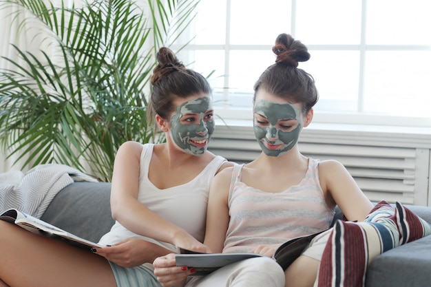 Frauen mit gesichtsmaske, schönheits- und hautpflegekonzept