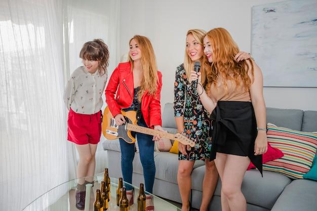 Frauen mit gitarre singen