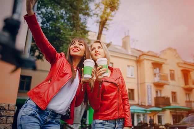 Frauen mit kaffeetassen