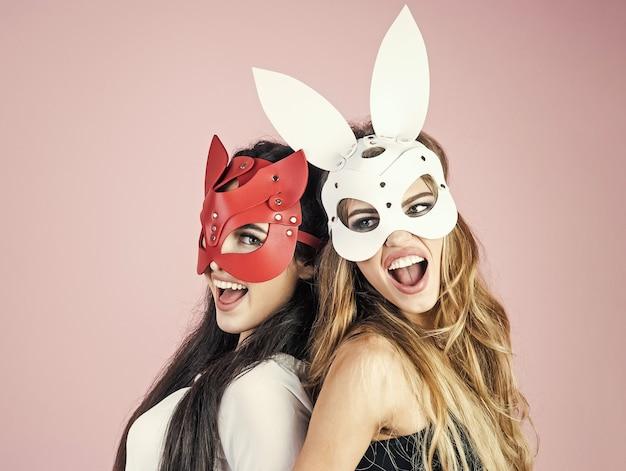 Frauen mit karnevalsmasken