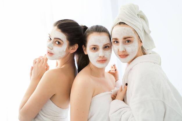 Frauen mit kosmetischen gesichtsprodukten