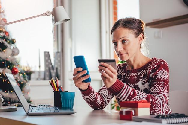 Frauen mit kreditkarte