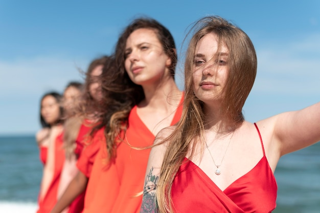 Frauen mit mittlerem schuss am strand