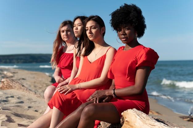 Frauen mit mittlerer aufnahme, die im freien sitzen
