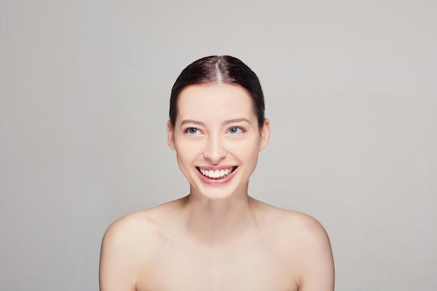 Frauen mit sauberer frischer haut, dunklem gehör und blauen augen