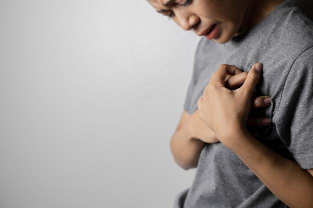 Frauen mit schmerzen im herzen. junge frauen mit herzerkrankungen. frauen haben symptome von herzinfarkt, herzinsuffizienz.