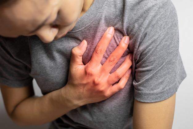 Frauen mit schmerzen im herzen.