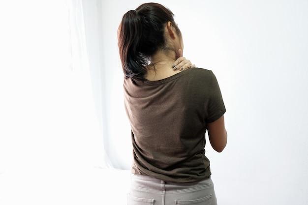 Frauen mit schulterschmerzen, kopfschmerzen, körperschmerzen kommen selten in den körper