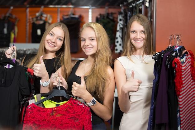 Frauen mit vielen kleider