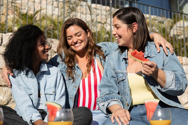 Frauen mit wassermelone mittlerer schuss