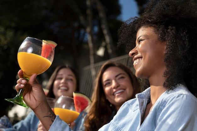 Frauen mit wassermelone schließen
