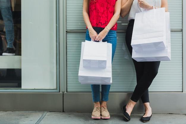 Frauen mit weißen einkaufstaschen