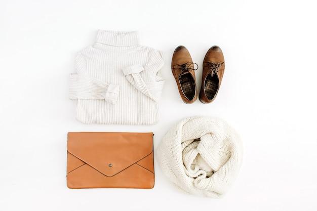 Frauen moderne mode kleidung und accessoires. flacher weiblicher casual-look mit warmem pullover, schuhen, clutch und schal