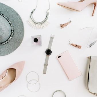 Frauen moderne modekleidung und accessoires auf dem schreibtisch. flacher weiblicher casual-style-look. ansicht von oben