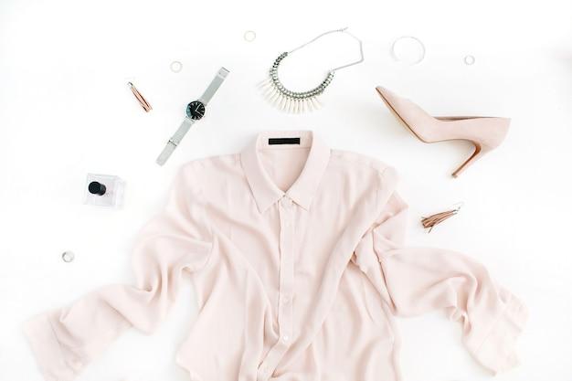 Frauen moderne modekleidung und accessoires. flach legen