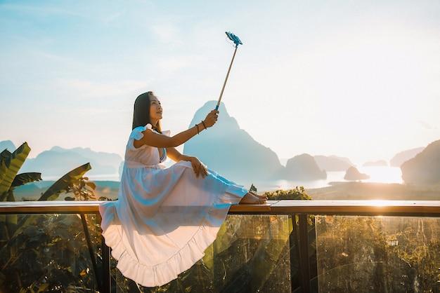 Frauen nehmen ein selfie am standpunkt sametnangshe-insel, phangnga thailand.
