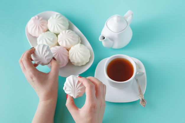 Frauen nehmen zum frühstück farbenfrohe marshmallows