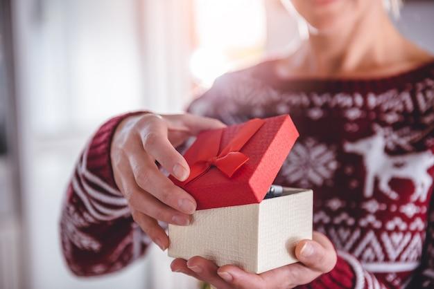 Frauen öffnen geschenkbox