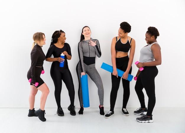 Frauen pausieren im fitnessstudio zum plaudern
