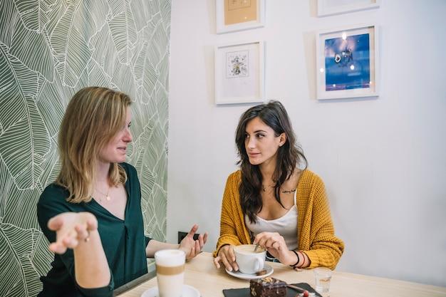 Frauen reden und trinken kaffee