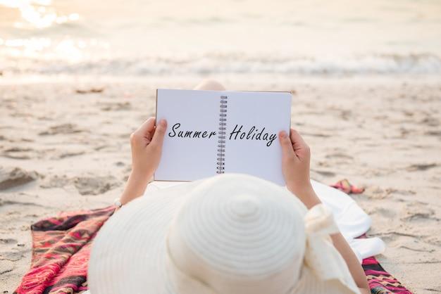 Frauen reisen in den sommerferien an meer und strand