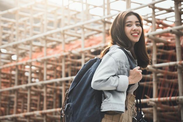 Frauen-reisender mit dem rucksack, der auf ihre sommerferien reist.