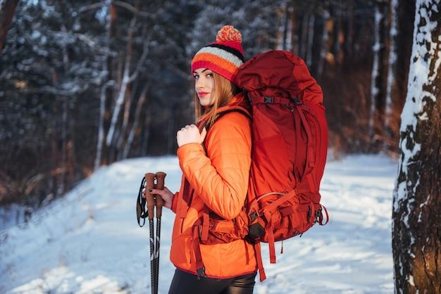 Frauen-reisender mit dem rucksack, der die aktiven ferien des reise-lebensstil-abenteuers im freien wandert. schöner landschaftswald