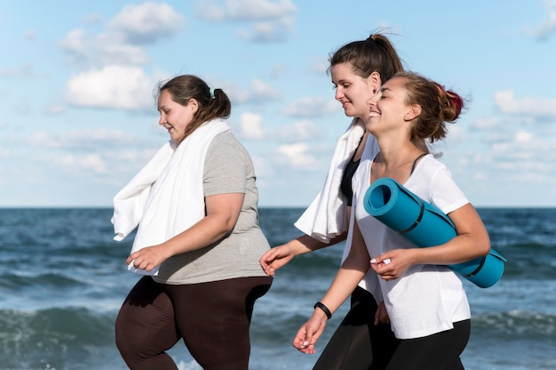 Frauen rennen draußen zusammen