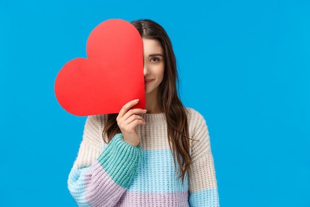 Frauen, romantik und valentinstag. romantisches süßes, verträumtes mädchen im winterpullover