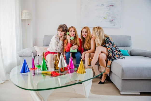 Frauen rufen telefon auf party